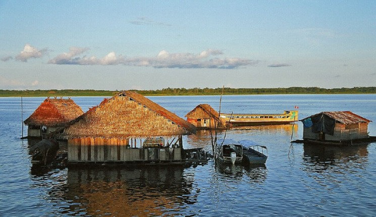 Iquitos : Floating houses on the Amazon